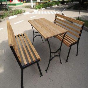 Деревянные кованные лавочки и стол