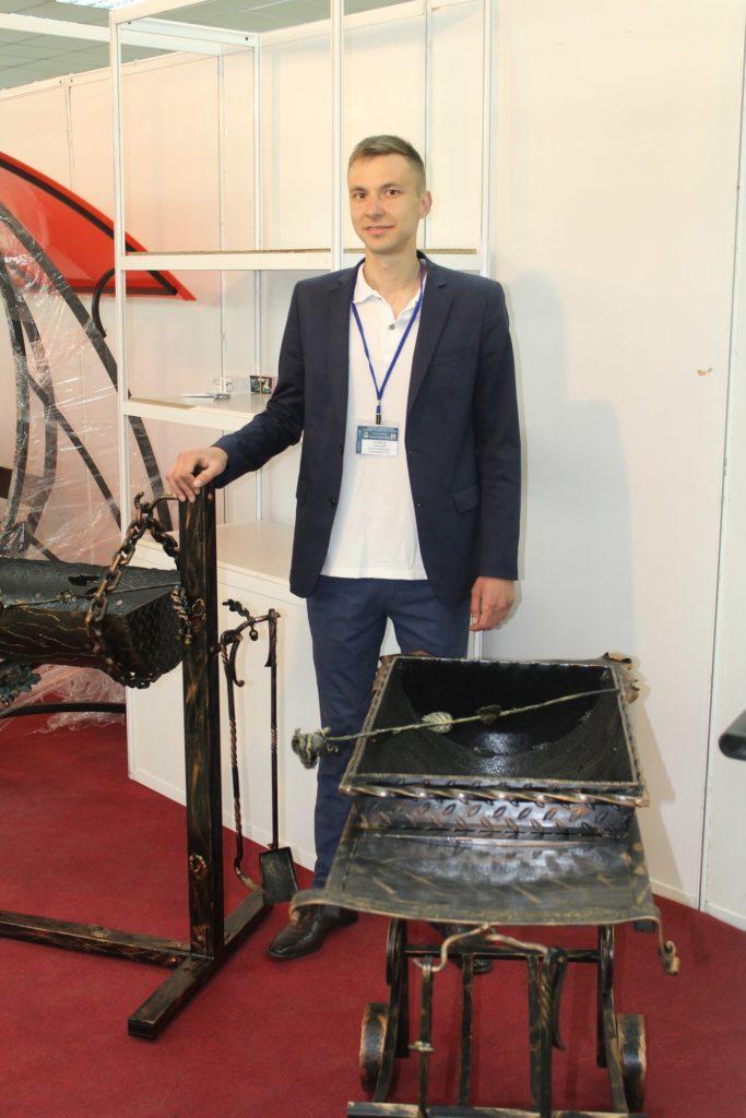 Дмитрий наумов на выставке с продукцией компании садовник 33