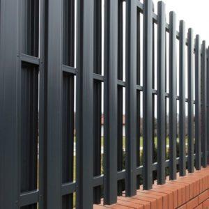 Забор металлический из штакетника