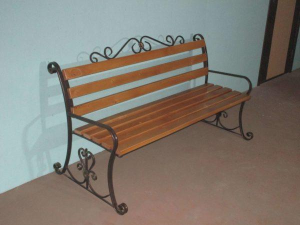 Фото скамейки Венеция с элементами художественной ковки