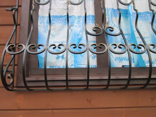 Металлические решетки и цветочница с элементами ковки для дачи с установкой заказать