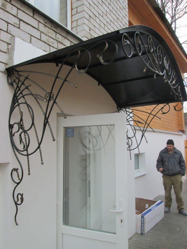 Кованый козырёк над крыльцом фото Ковров