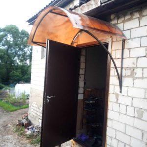 Полукруглый козырёк над дверью с коричневым поликарбонатом фото